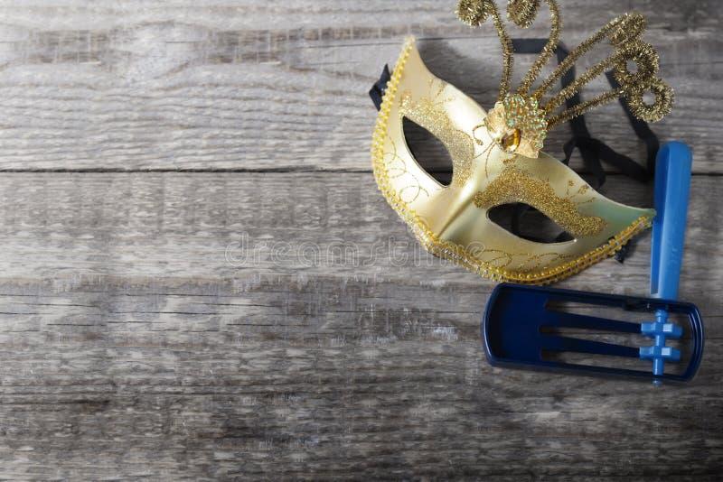Gragger - noisemaker i karnawał maska dla Purim świętowania fotografia royalty free