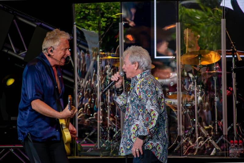 Graham Rusell och Russell Hitchcock från lufttillförsel som sjunger härlig melodi på Epcot i Walt Disney World 5 fotografering för bildbyråer