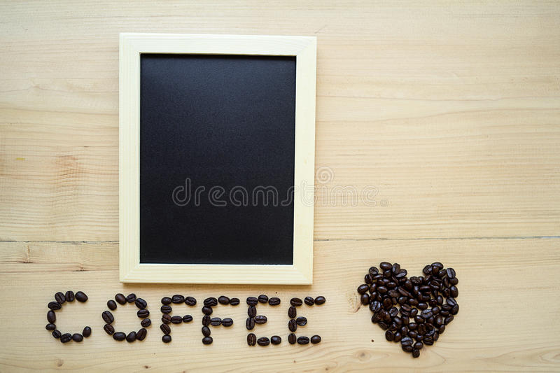 Grain de café et tableau noir photos stock