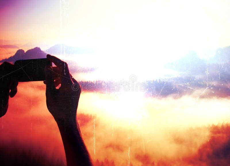 Grain de film La photographie mobile de téléphone intelligent des montagnes rocheuses ensoleillées aménagent en parc image libre de droits