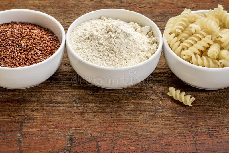 Grain, farine et pâtes de quinoa photo stock