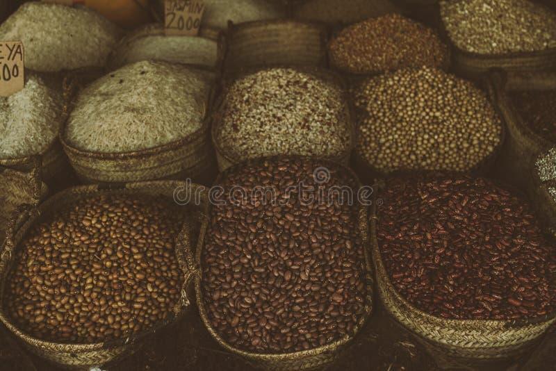 Grain sur un marché local image libre de droits