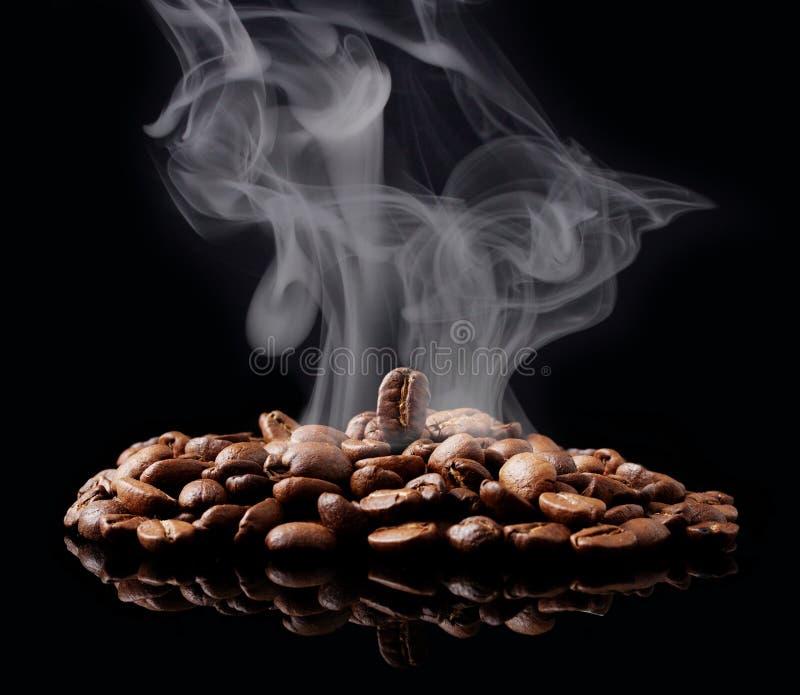 Graine de café avec de la fumée image stock