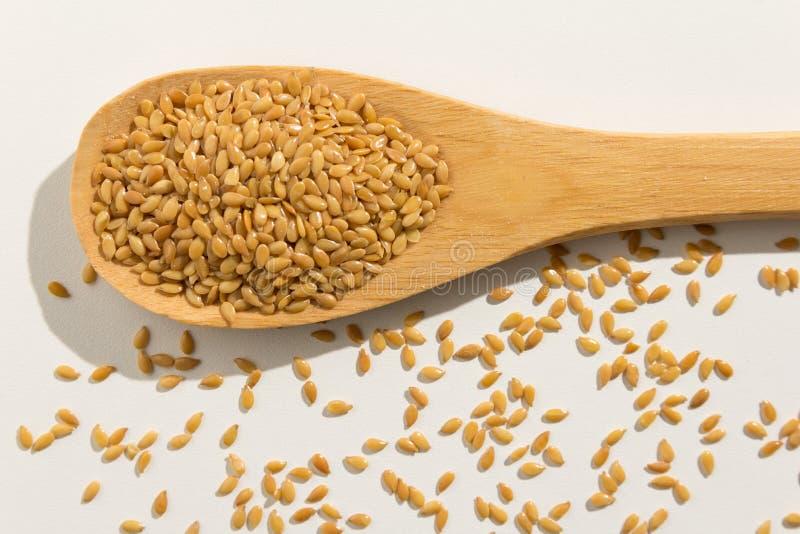 Graine de lin d'or Grains sains sur une cuillère en bois Backgr blanc photos libres de droits