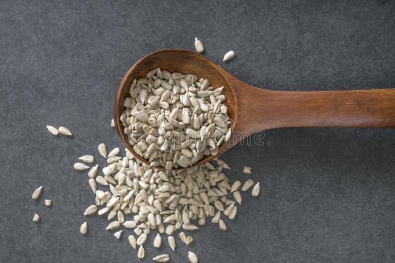 Graine de tournesol avec une cuillère en bois image libre de droits