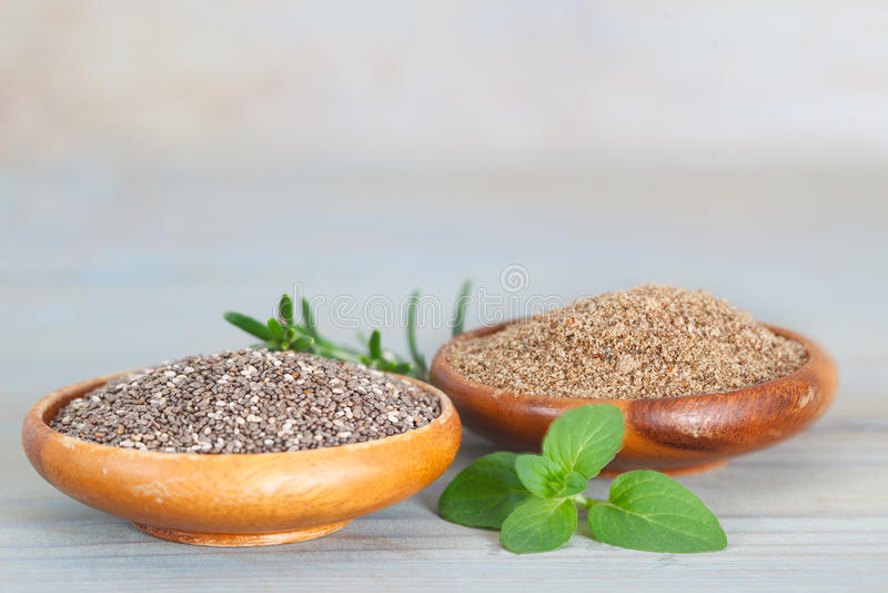 Grained и grinded семя chia стоковая фотография