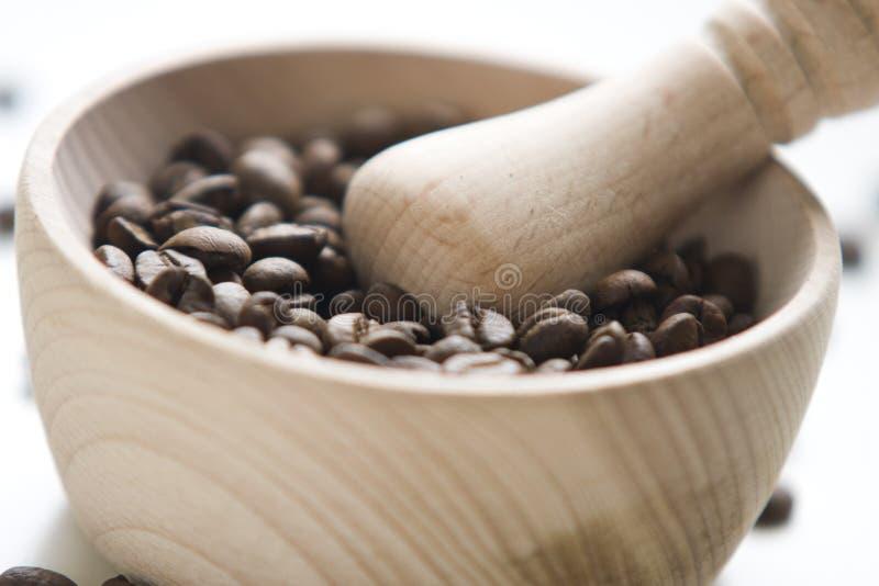Graines de café entières à l'intérieur d'un mortier en bois photo libre de droits