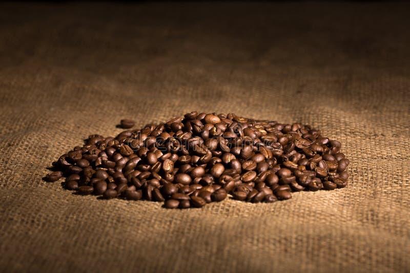 Graines de café de saveur d'arome, haricots sur le fond texturisé images stock