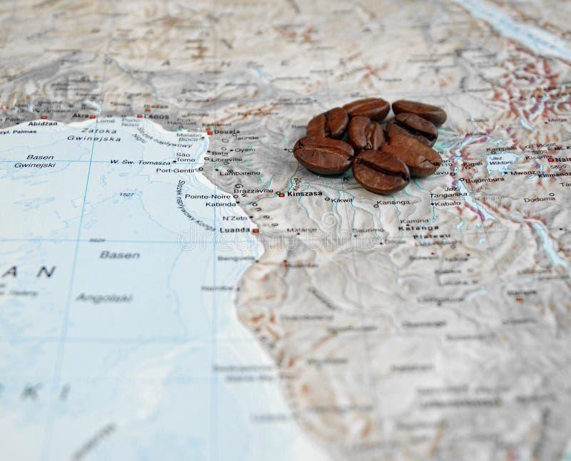 Graines de café sur la carte de l'Afrique images stock