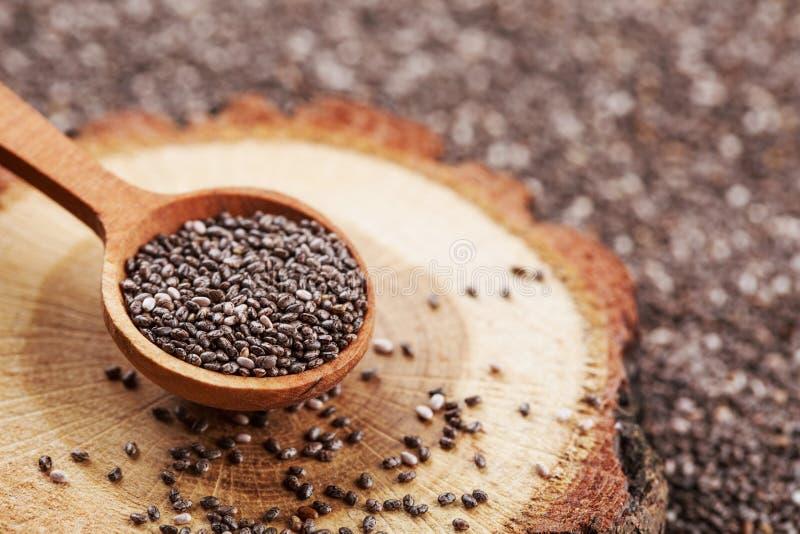Graines de Chia dans la cuillère en bois photo stock