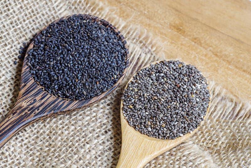 graines de chia et graines de basilic doux dans la. Black Bedroom Furniture Sets. Home Design Ideas