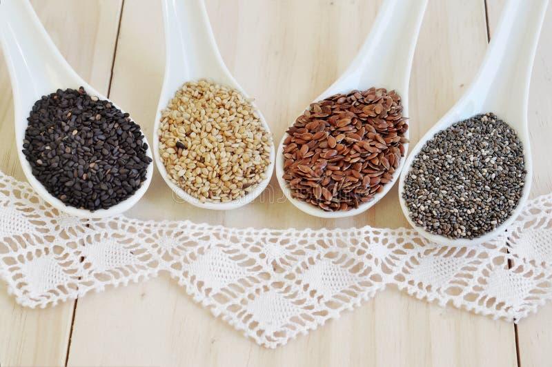 Graines de Chia Graines de lin Graines de sésame blanches Noir des graines de sésame image stock