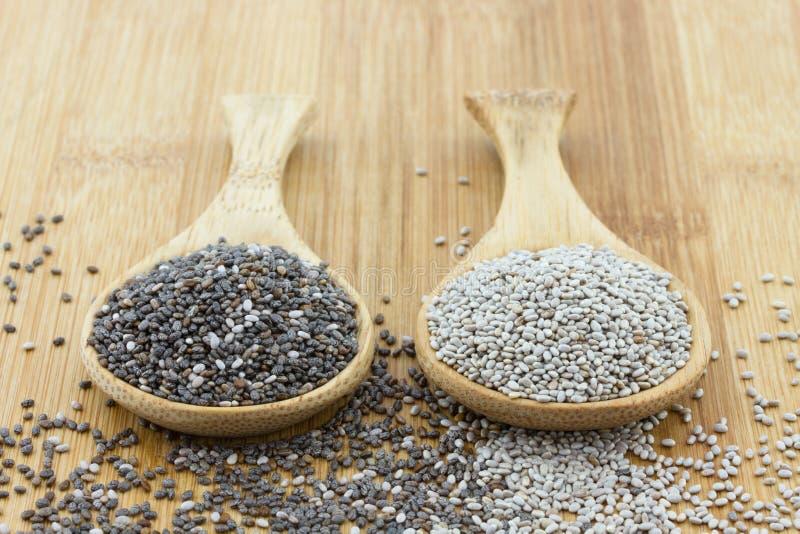 Graines de Chia sur la cuillère en bois images libres de droits