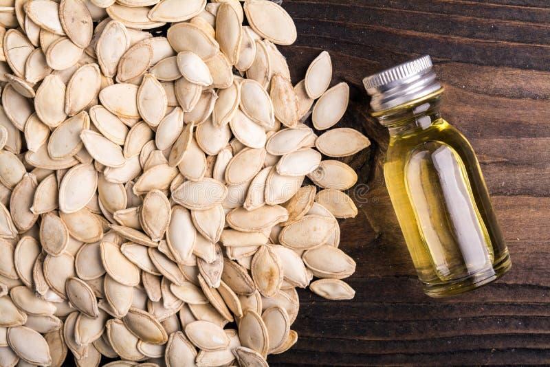 Graines de citrouille avec de l'huile photos libres de droits
