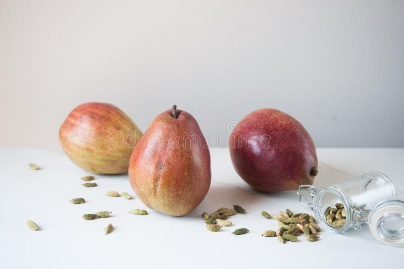 Graines de cosses de Bartlett Pears et de cardamome photos libres de droits