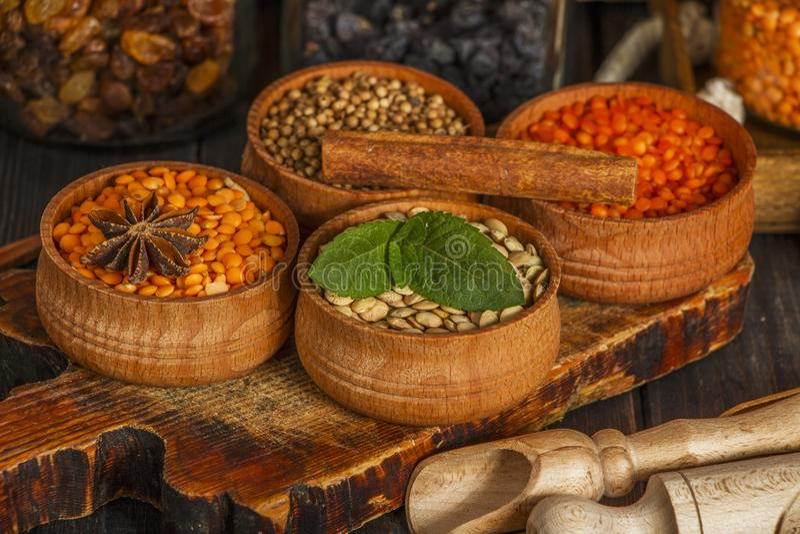 Graines de lentilles sur une table en bois avec la toile à sac Graines des suppléments diététiques rouges et verts des lentilles  images stock