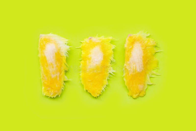 Graines de mangue sur le fond vert images stock