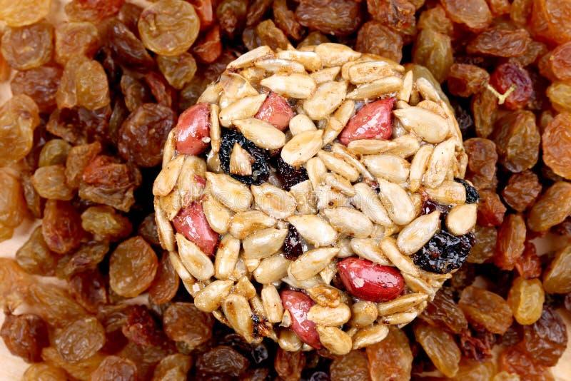 Graines et écrous glacés ronds avec des raisins secs. image stock