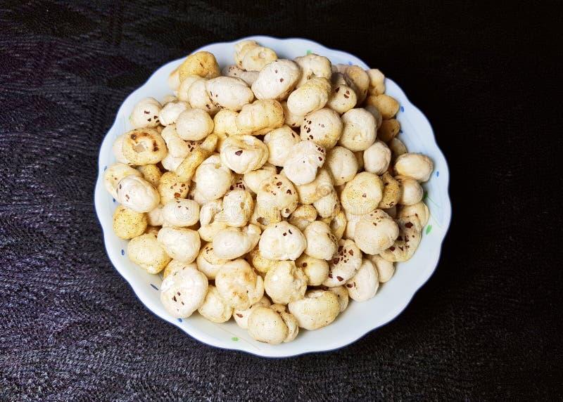 Graines frites et épicées de makhana ou de lotus images libres de droits