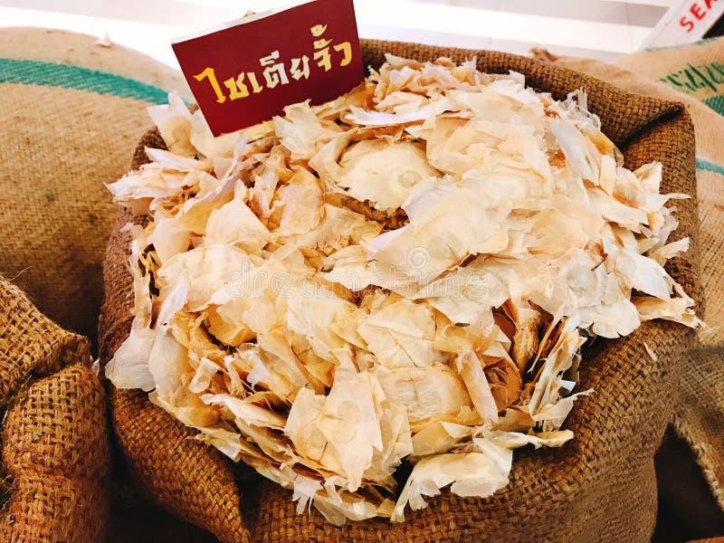 Graines sèches d'indicum d'Oroxylum ou arbre cassé d'os ou arbre de Damocles ou fleur de trompette indienne dans le sac photo libre de droits