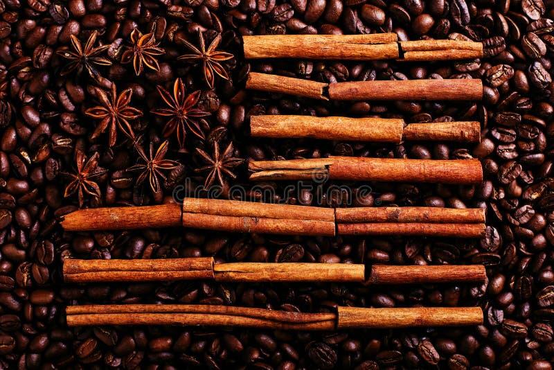 Grains de café, anis d'étoile et cannelle sous forme de drapeau américain Épices parfumées pour la boisson de café, plan rapproch photographie stock