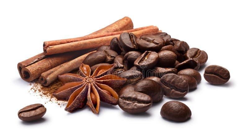 Grains de café avec l'anis de cannelle et d'étoile, chemins photographie stock libre de droits