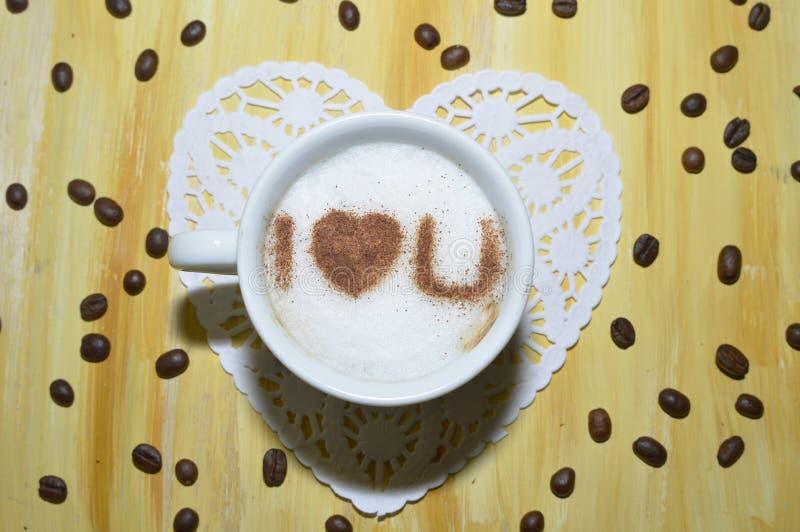 Grains de café avec la tasse de latte photo stock