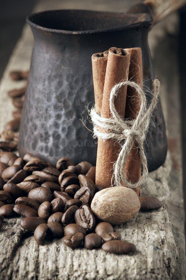 Grains de café avec les épices et le cezve photo libre de droits