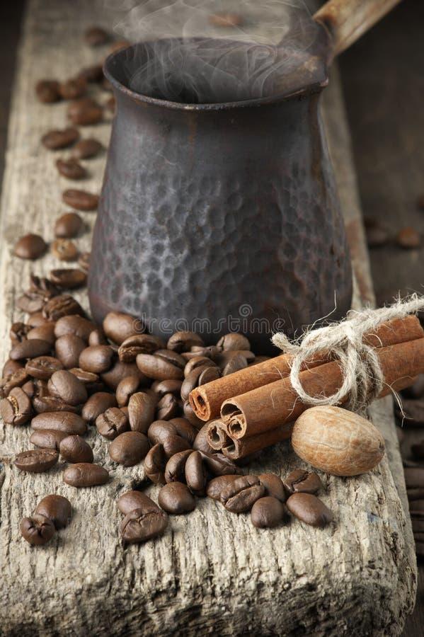 Grains de café avec les épices et le cezve images libres de droits