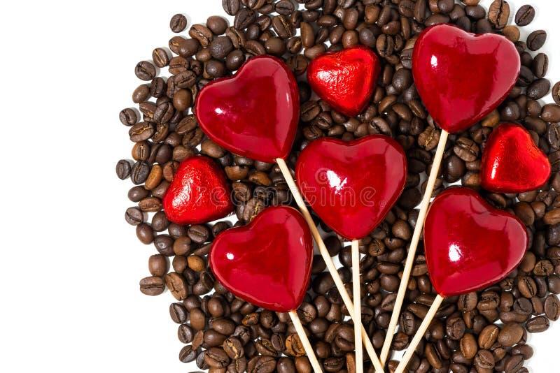 grains de café, bonbons au chocolat et coeurs décoratifs sur des bâtons photographie stock