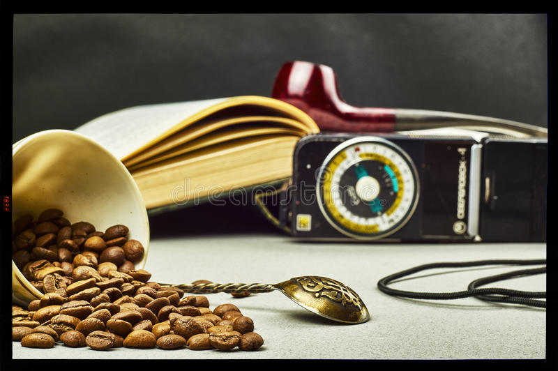 Grains de café, cuillère à café, posemètre, tasse et tuyau de tabagisme photographie stock libre de droits