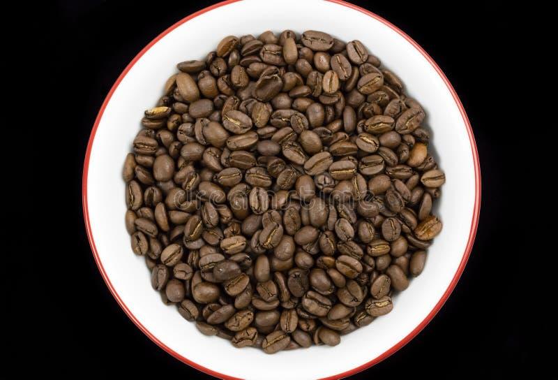 Grains de café délicieux dans un plat photos stock