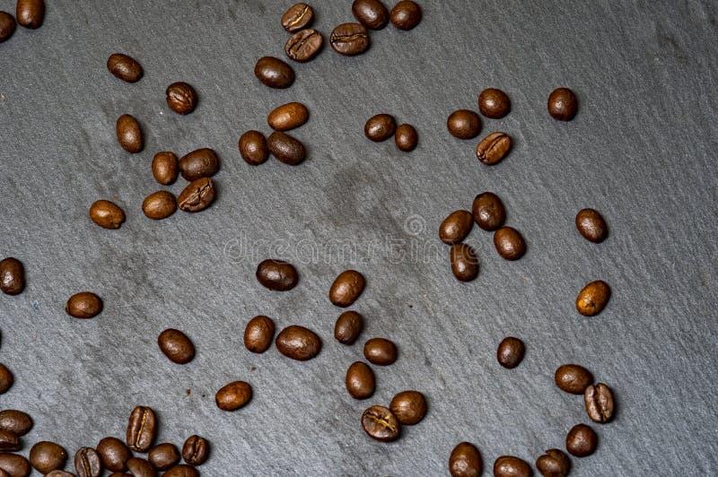 Grains de café d'arabica sur un fond en pierre photographie stock