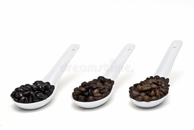 Grains de café dans des cuillères. photo libre de droits