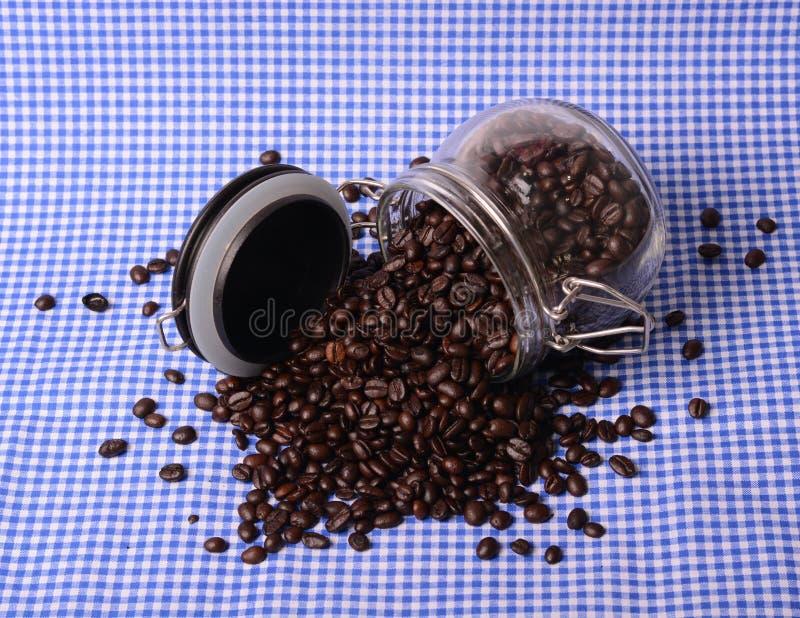 Grains de café dans la bouteille images stock