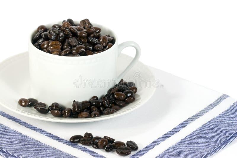Grains de café dans la cuvette blanche photo stock