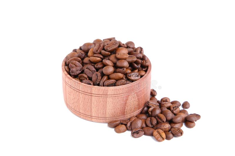 Grains de café dans la cuvette en bois d'isolement sur le fond blanc photos stock