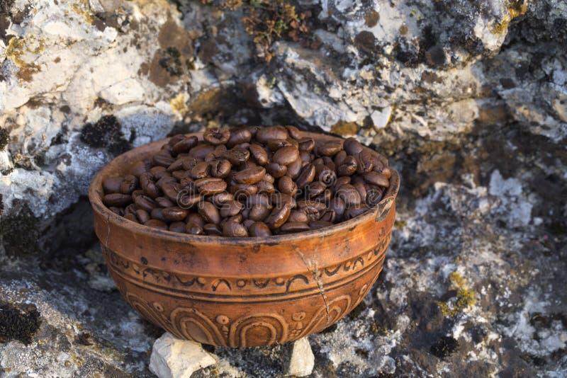 Grains de café dans la cuvette en céramique image stock
