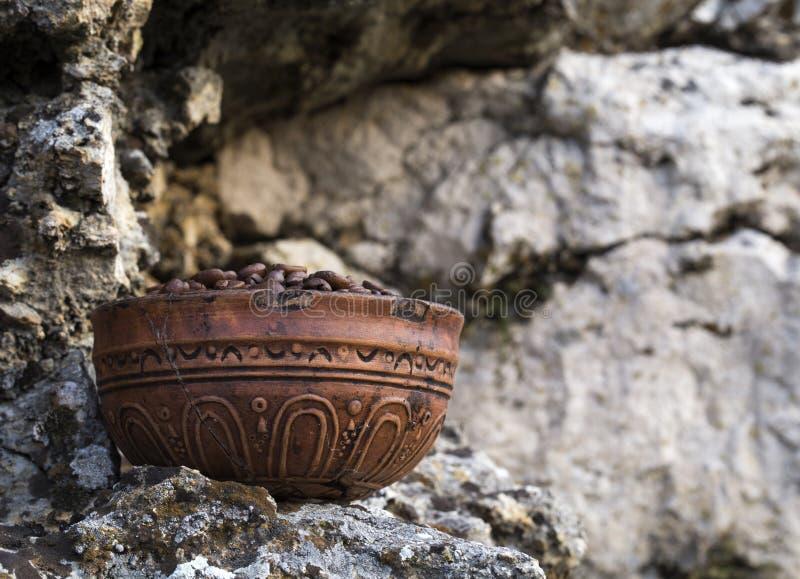 Grains de café dans la cuvette en céramique images stock