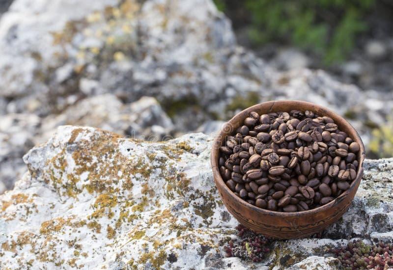 Grains de café dans la cuvette en céramique photo stock