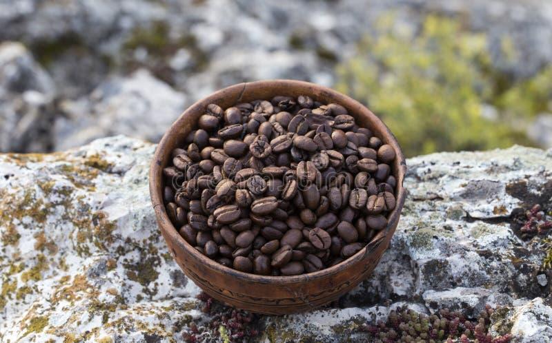 Grains de café dans la cuvette en céramique images libres de droits
