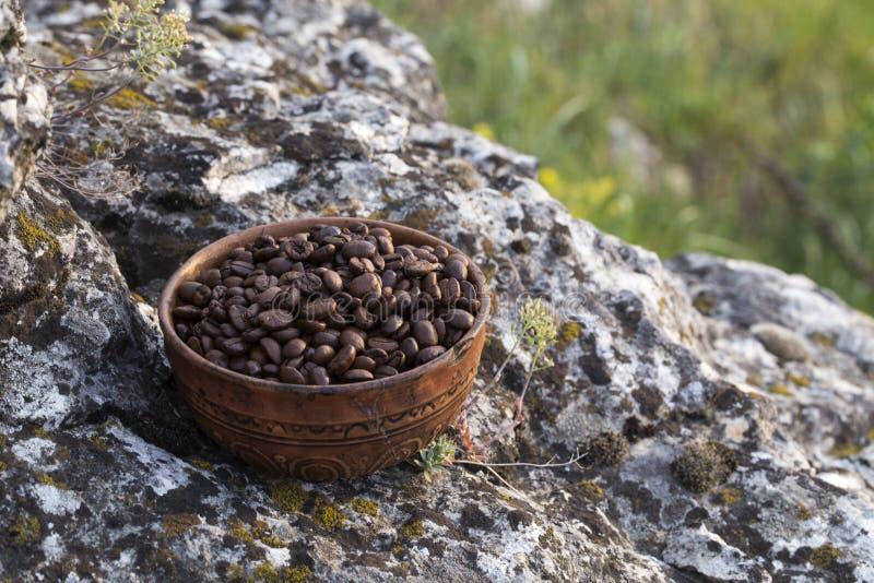 Grains de café dans la cuvette en céramique image libre de droits