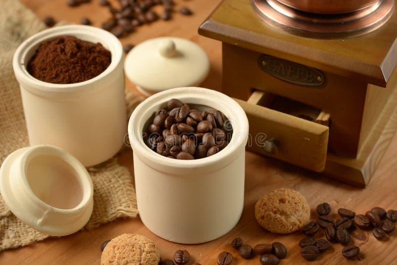 Grains de café dans le récipient - broyeur de café photo libre de droits