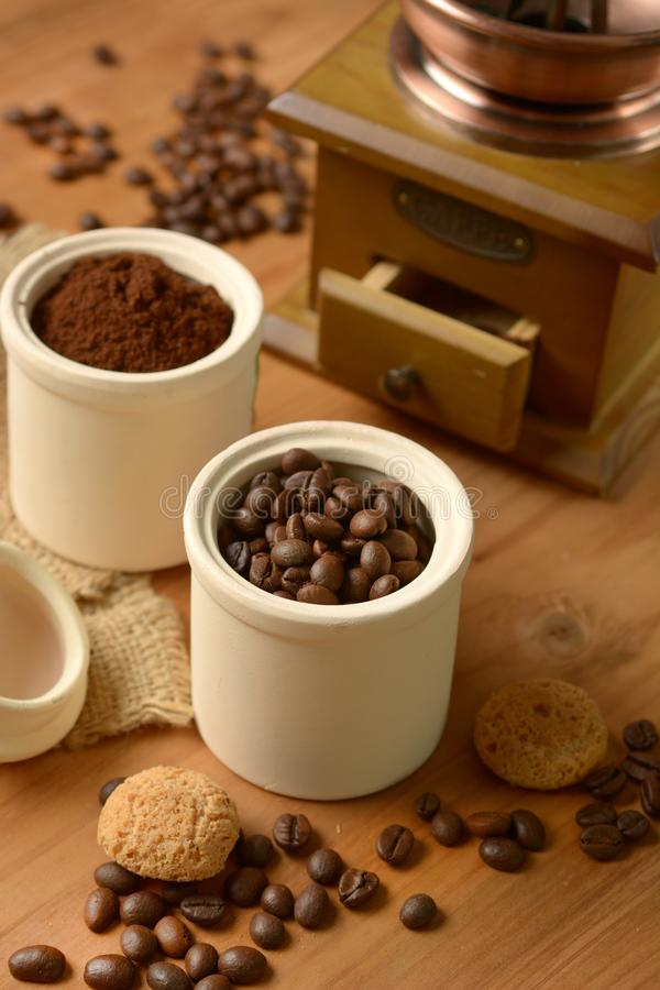 Grains de café dans le récipient - broyeur de café photos stock