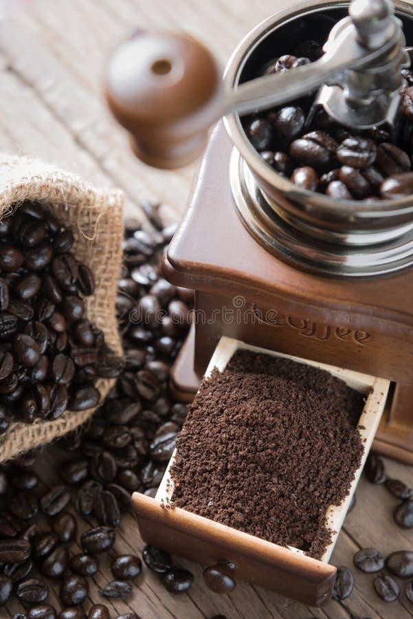 Grains de café dans le sac et la broyeur images stock