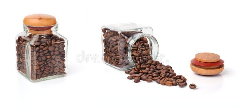 Grains de café dans un choc images libres de droits