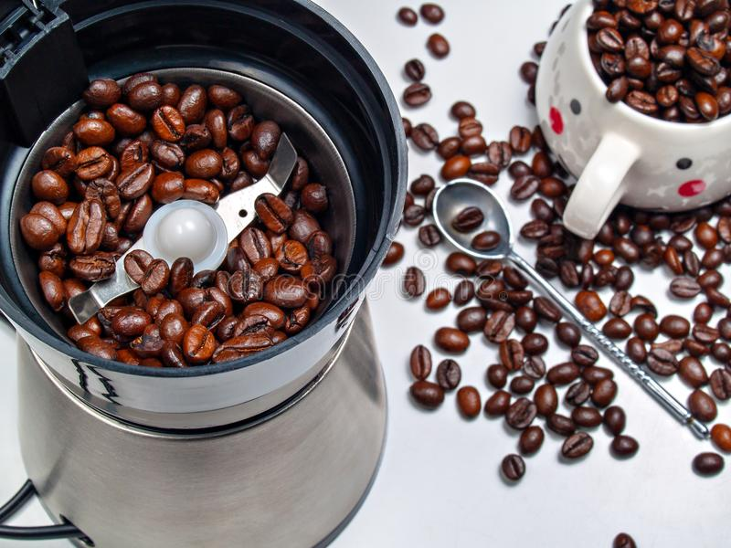 Grains de café dans une broyeur de café électrique, grains dispersés photographie stock