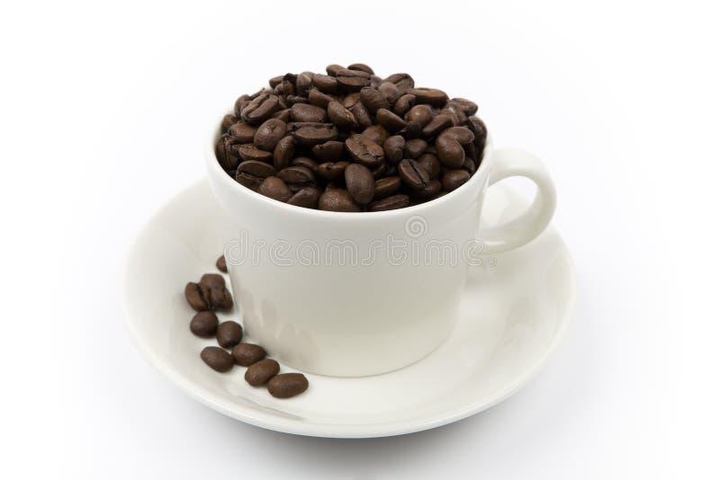 Grains de café dans une cuvette photos stock