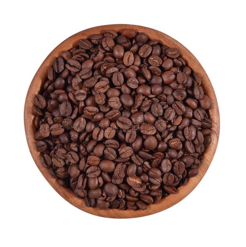 Grains de café dans une cuvette en bois sur un fond blanc photo libre de droits
