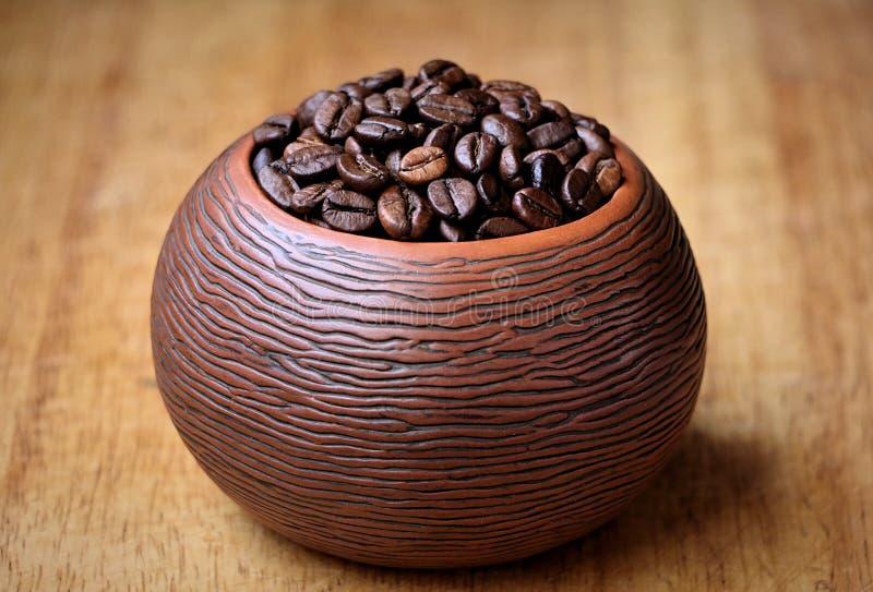 Grains de café dans une cuvette en céramique de texture image libre de droits